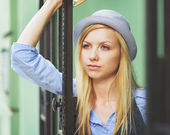 Thoughtful young hipster in the city — Stockfoto