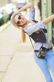 Hipster in the city having fun — Stock Photo