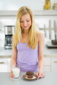 Woman with milk and chocolate muffin — Stock Photo