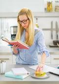 有研究在厨房里的零食的女人 — 图库照片