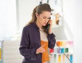 Styliste parle de téléphone au travail — Photo