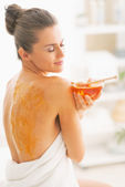 Woman enjoying honey spa therapy — Stock Photo