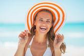 ビーチで帽子の幸せな女 — ストック写真