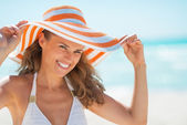Donna con cappello sulla spiaggia — Foto Stock