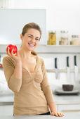 Mladá žena apple v kuchyni — Stock fotografie