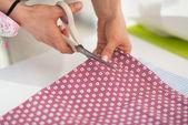 Seamstress cutting fabric — Stock Photo