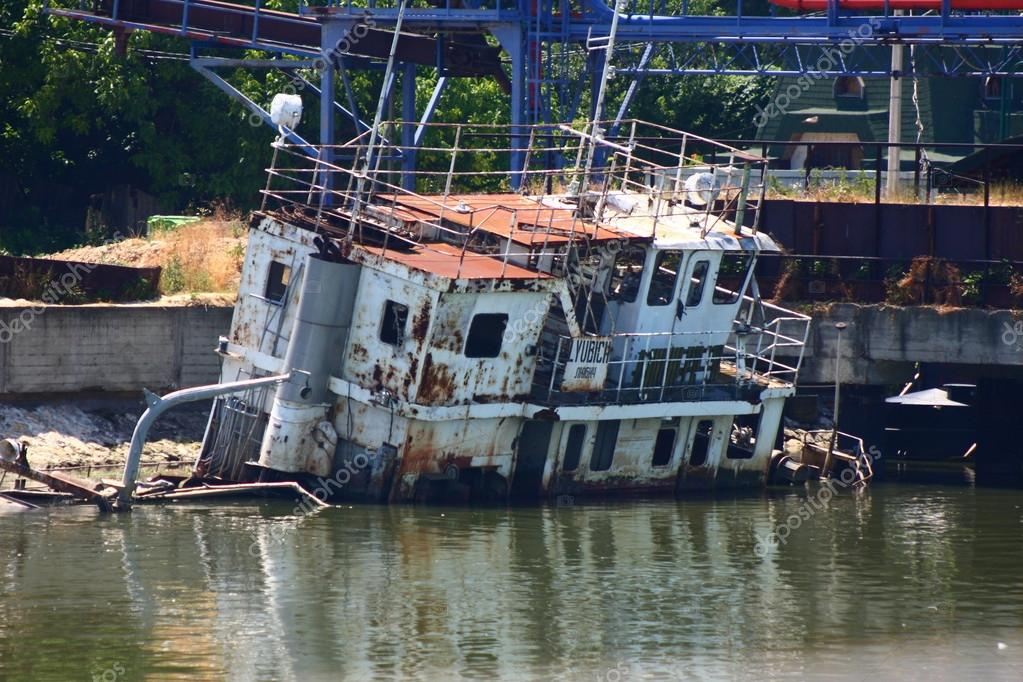 "Grunge ""Ljubitch"" boat wreck left on right bank of Djerdap lake on Danube in Staro Gradište, Serbia. — Stock Photo #12477432"