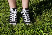 Piernas con zapatillas de deporte — Foto de Stock