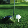 Close up van golf ball op een tee — Stockfoto