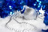 在白色的银色圣诞装饰摆设 — 图库照片