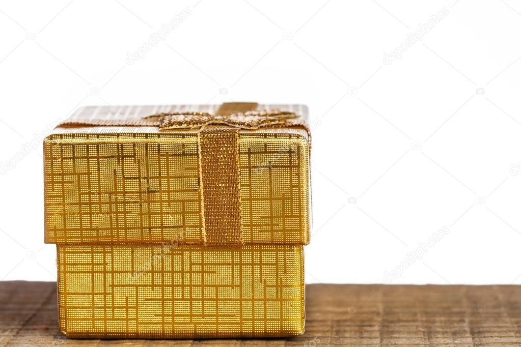 在白色背景上的金色礼品盒– 图库图片