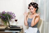 Güzel bir kadın defter ile mutfakta — Stok fotoğraf