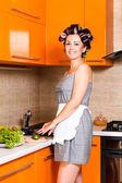 Medelålders vacker kvinna i köket med kniv — Stockfoto