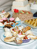 Eclairs sweets with cream sprinkled sugar powder — Foto Stock