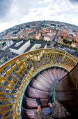 Escaleras de caracol empinada sobre la ciudad — Foto de Stock