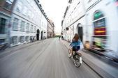 Montar en bicicleta en la ciudad, desenfoque de movimiento — Foto de Stock