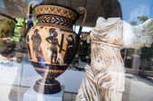 Ancient Greek artifacts, amphora and statue — Stock Photo