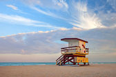 Summer scene in Miami Beach Florida, with a colorful lifeguard house — Stock Photo