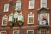 Clock on the facade of Fortnum & Mason building — Stock Photo