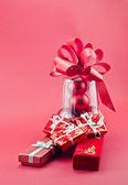 Boîtes à bijoux rouge et cadeau de noël — Photo