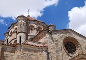 Chmury i kopuła kościół średniowieczny. — Zdjęcie stockowe