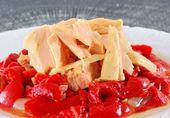 Filety z tuńczyka z czerwonej papryki. — Zdjęcie stockowe
