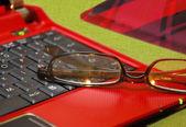 Красный ноутбук — Стоковое фото
