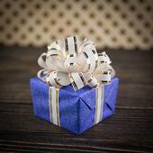 Caixa de presente com fundo de madeira velha — Foto Stock