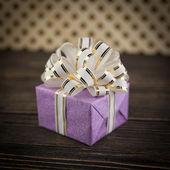 Caja de regalo sobre fondo de madera antiguo — Foto de Stock