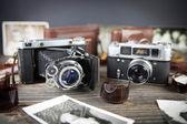 Vieille caméra sur la table en bois — Photo