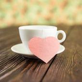 Ceremonia del té con el corazón en un fondo de madera antiguo — Foto de Stock