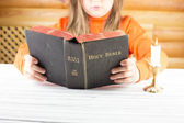 The girl reads the Bible — Foto Stock