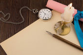 The old handle feather and a sheet of paper with a candle — Foto de Stock