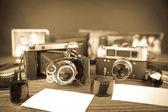 Старый фотоаппарат на деревянном столе — Стоковое фото