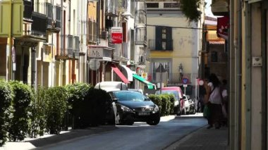 Typical mediterranean narrow street with slight traffic — Stock Video