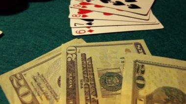 Table de poker avec les cartes, jetons et argent — Vidéo