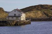 Oude verlaten huis door zee — Stockfoto