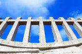 Zaun und himmel hintergrund — Stockfoto