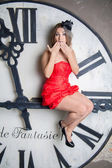Jonge mooie vrouw in rode jurk — Stockfoto