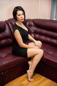 Portret van een jonge vrouw in zwarte jurk — Stockfoto