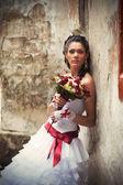 Duvara yaslanmış düğün buketi gelin — Stok fotoğraf