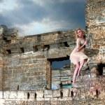fille étrange dans les ruines — Photo