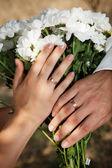 Dos manos con anillos de boda — Foto de Stock