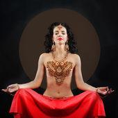 Oosterse stijl portret van mediteren vrouw — Stockfoto