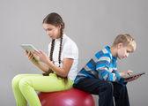 孩子们看着垫 tablet pc 屏幕 — 图库照片