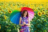 Ragazza sorridente in campi di girasole — Foto Stock