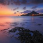 erstaunlich schönen Sonnenuntergang am Meer mit rock — Stockfoto