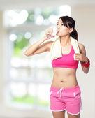 Sport meisje drinkwater — Stockfoto