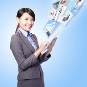 Femme d'affaires de travail avec tablette pc — Photo