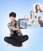 Giovane uomo utilizzando social network con gli amici — Foto Stock